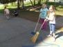 ŠD: Úklid školní zahrady